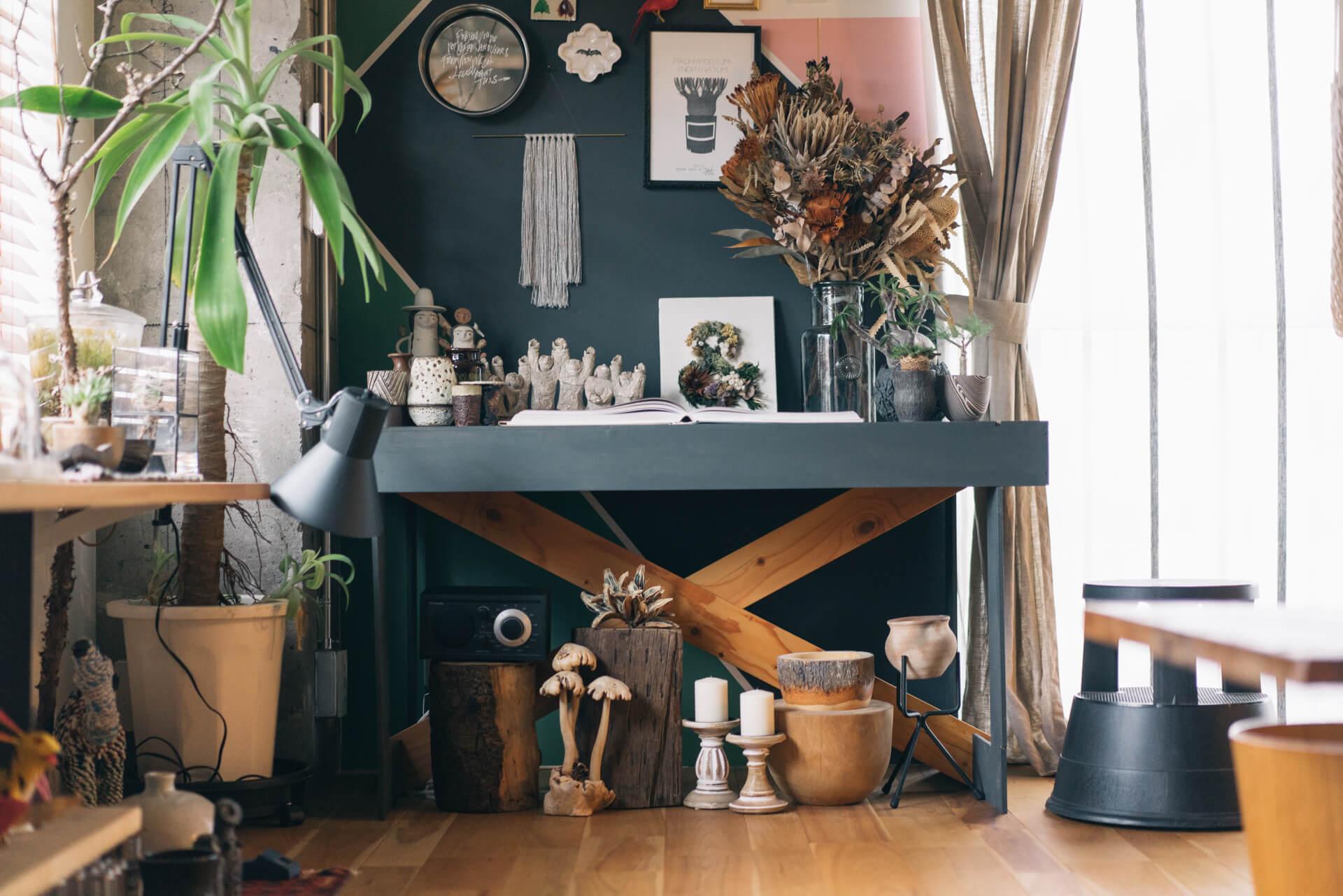 ご主人が作られたという飾り台には、上にも下にも素敵な品々が。