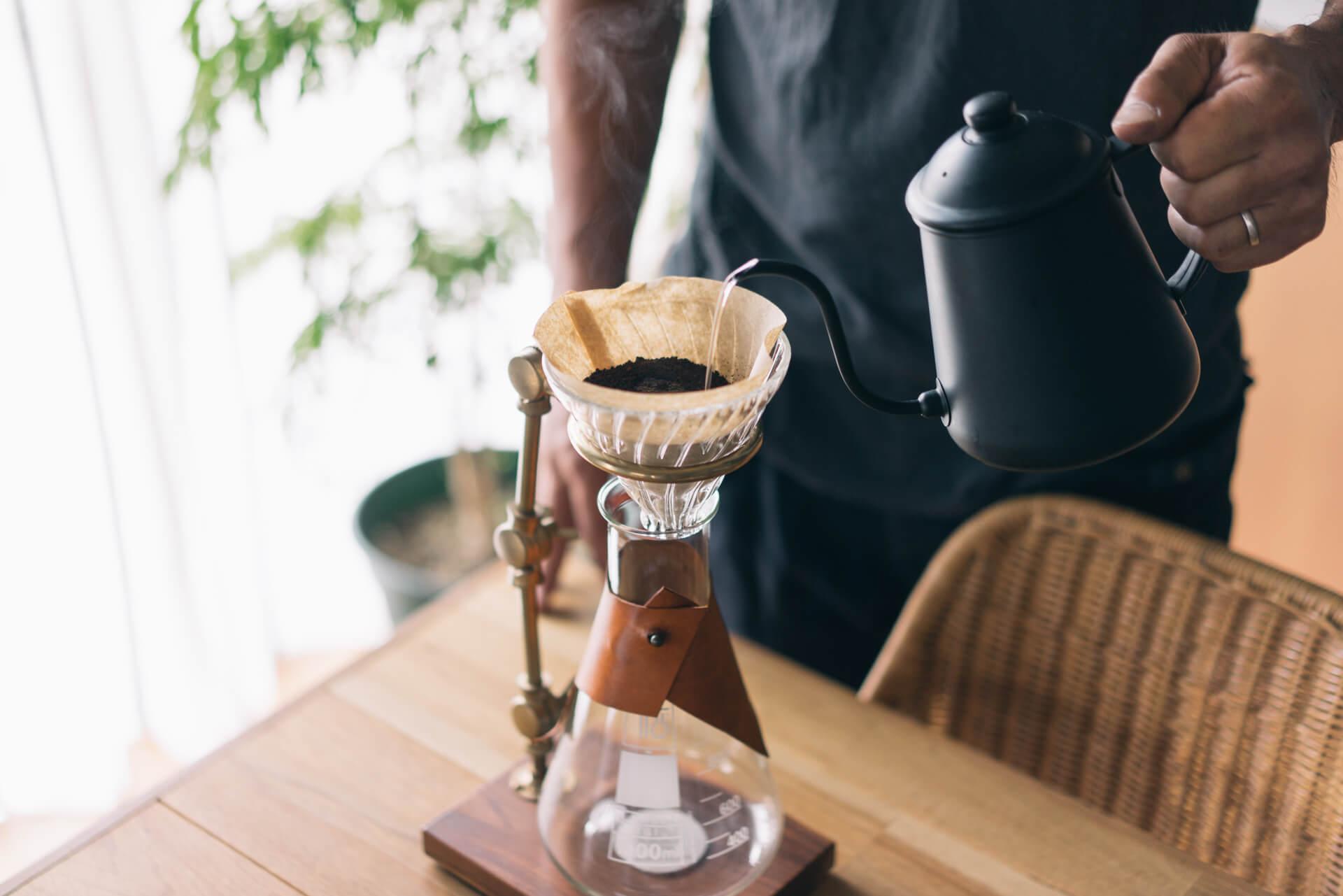 ビーカーで淹れるコーヒーはなにかの実験のよう。