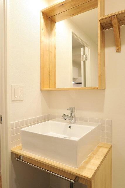 シンプルデザインの洗面台もついています。