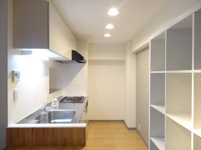 キッチンは棚の先、奥まった場所に。