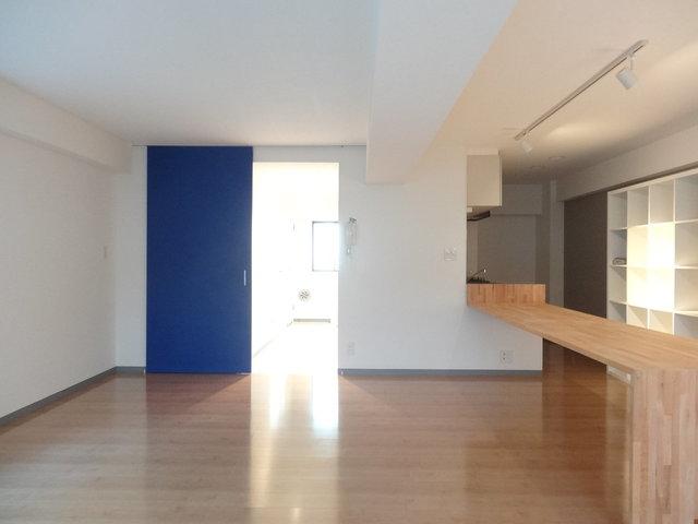 窓側から。青い扉がアクセント。