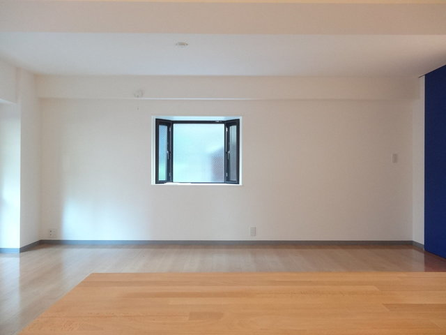 棚の反対側には出窓があります