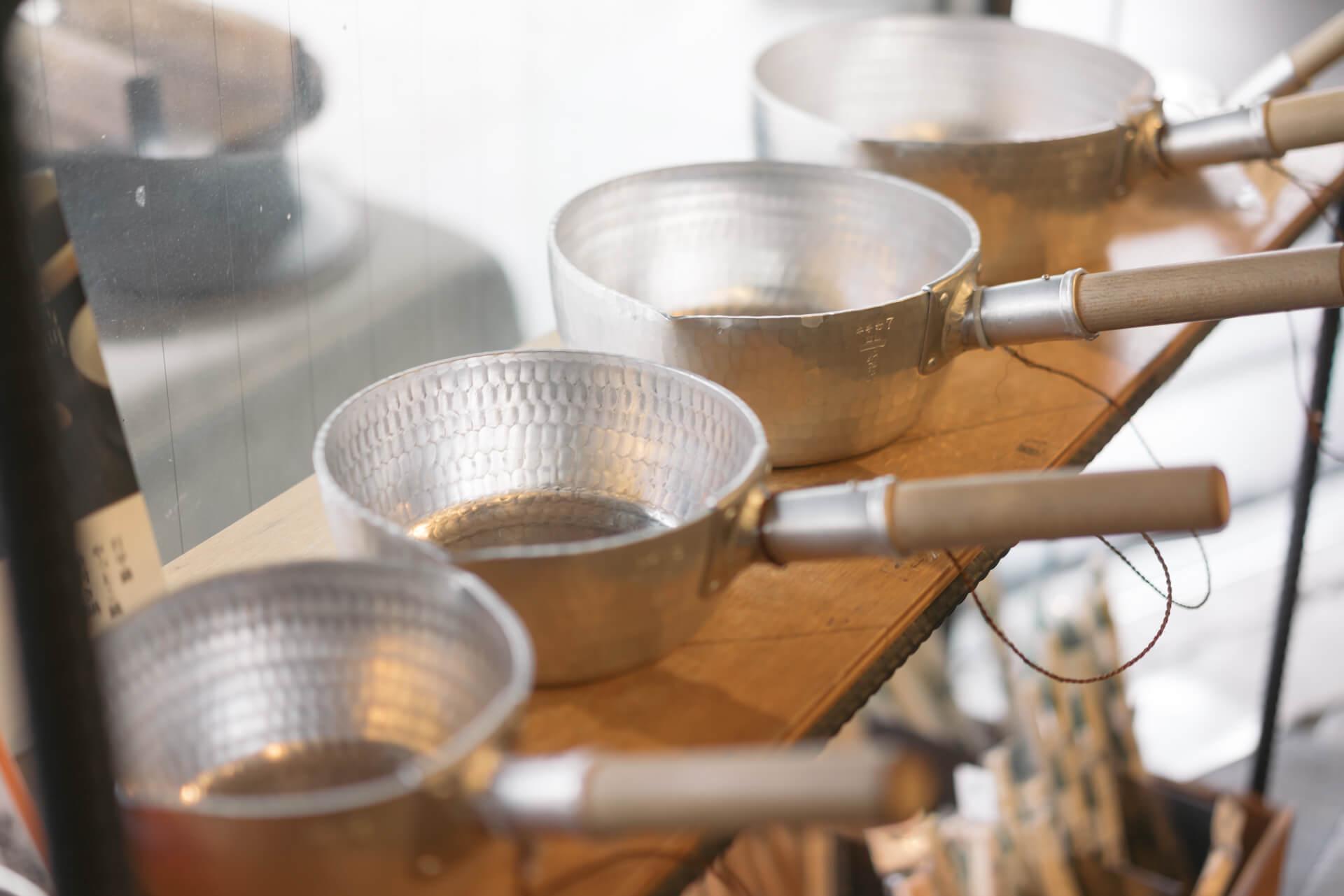 お店に入ってすぐ、一番目立つところに置かれていたのは、大阪の職人、姫野寿一さんがひとつひとつ、手打ちで作り上げる行平鍋。釜浅商店を代表する道具のひとつです。