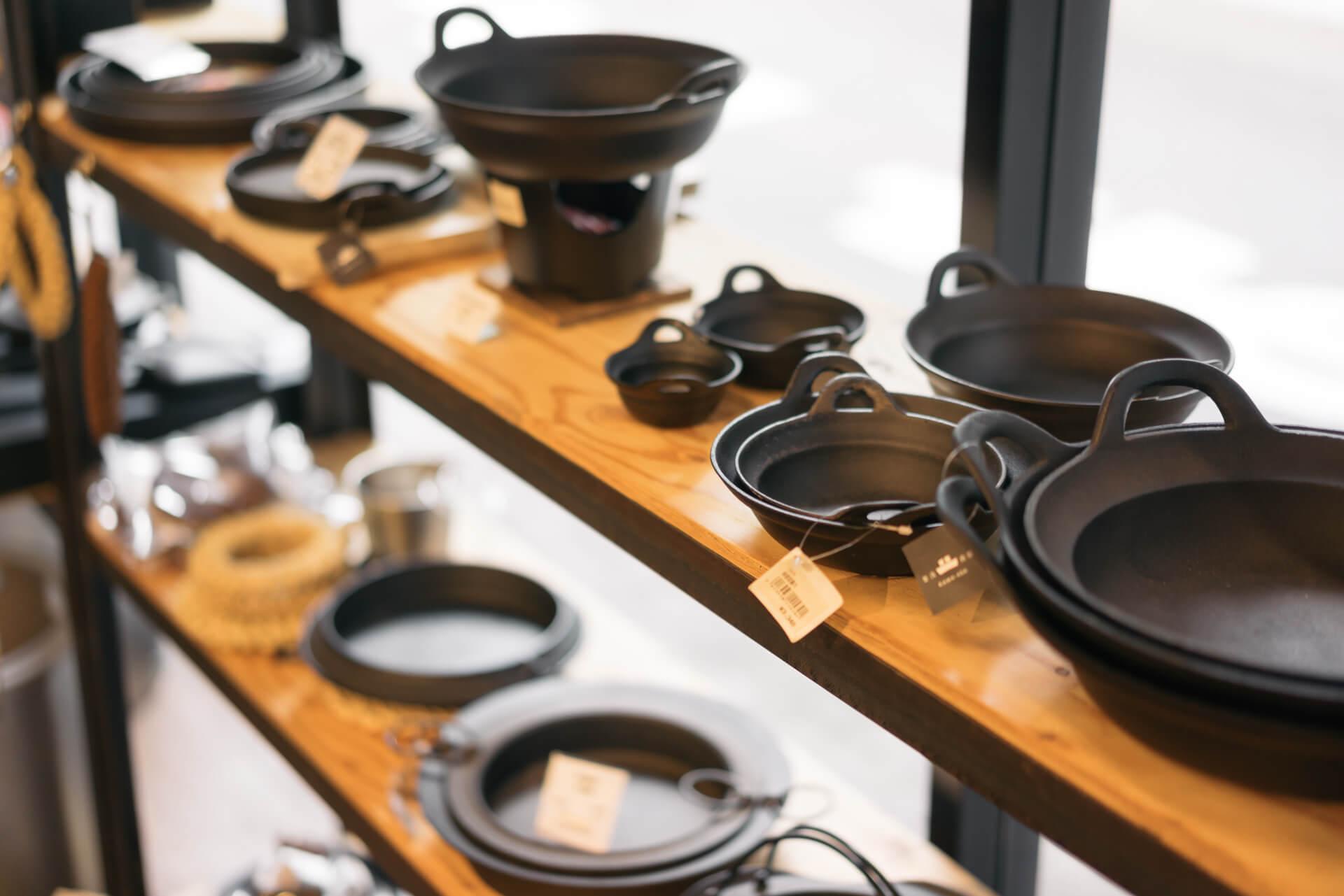 岩手県盛岡市で生産される南部鉄器。釜浅商店では、なんにでも使えて人気のある「南部浅鍋」など、オリジナルのものも含めさまざまな形の製品を揃えています。
