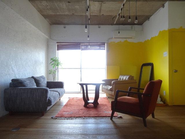 ざっくりラフな雰囲気の内装も人気。時には、床は足場板を使い、壁のペンキは途中まで、なんて斬新なものも。()