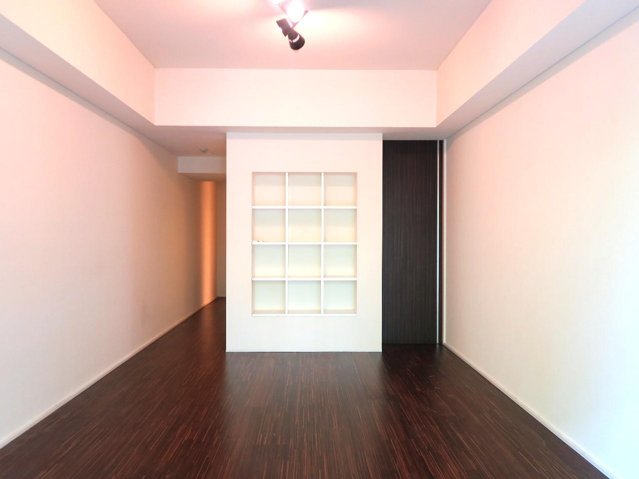 シックな色合いのお部屋にアクセントを加えているのは、壁の見せる収納、飾り棚ですね。大好きな小物をランダムに並べて、自分らしさを演出しちゃいましょ。