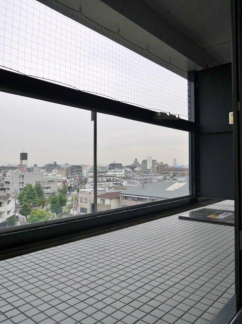もう1面、バルコニーに出る窓も。眺望も抜けてますねー。