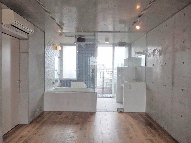バスルームはガラス張りで景色がばっちり楽しめます!わかってるなぁ〜。
