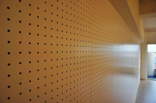 天井はコンクリートむき出しで白塗装、壁には有孔ボードでプチD.I.Yも楽しめる(この余白を残してくれる感じダイスキッす)