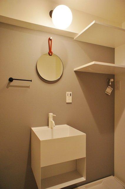 サニタリーは一癖アリ!洗面台はコンパクトですが、こんなデザインならぐっときちゃうなあ