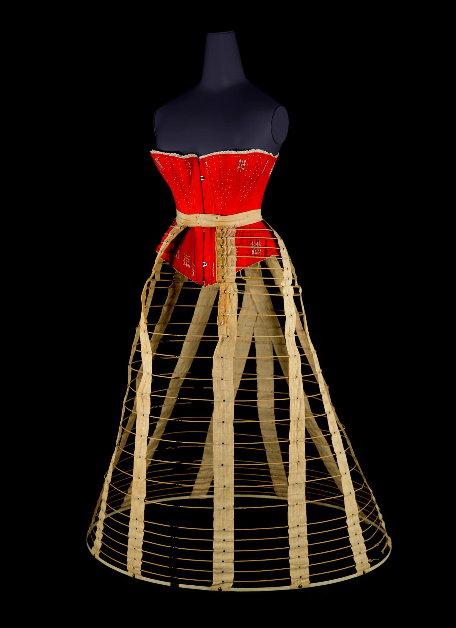 ファッションの「内側」を覗き見る「ファウンデーション~ドレスの内側~」(神戸)