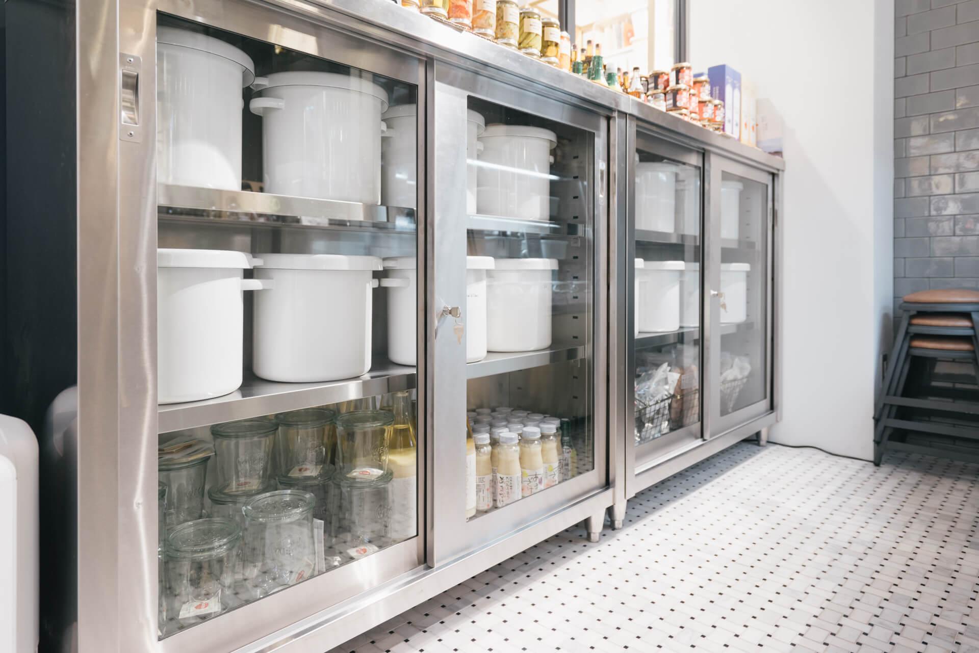 年間を通して温度管理された空間で、お客様オリジナルのぬか床を預かる「マイぬか床サービス」を提供しています。