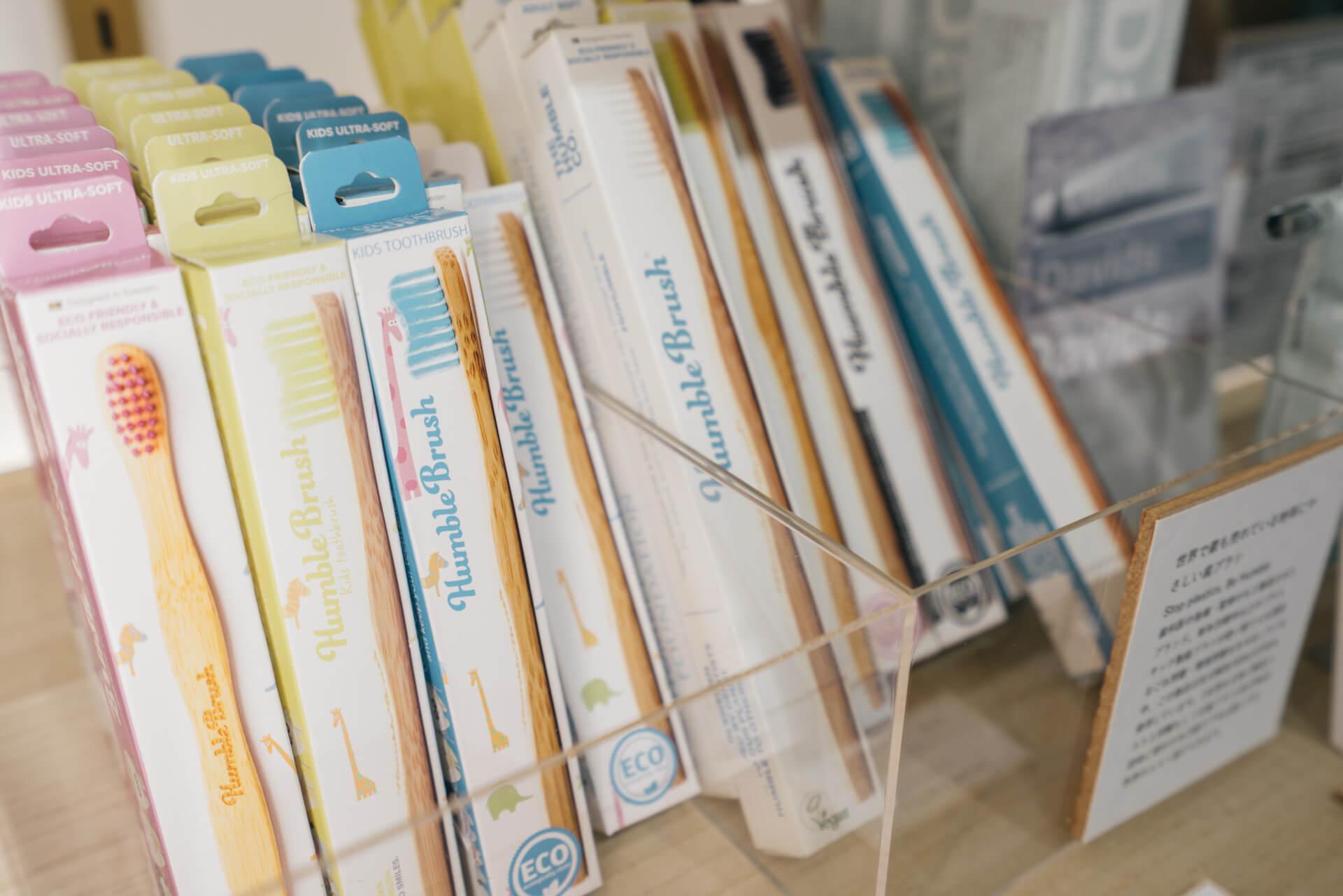 スウェーデン生まれの「Humble Brush」は、深刻なゴミ問題を生み出すプラスチック製の歯ブラシに対抗するため生まれた、竹製の歯ブラシ。さらに、歯ブラシが1本売れるごとに歯ブラシ1本、または同額分がNGO団体に寄付されます。