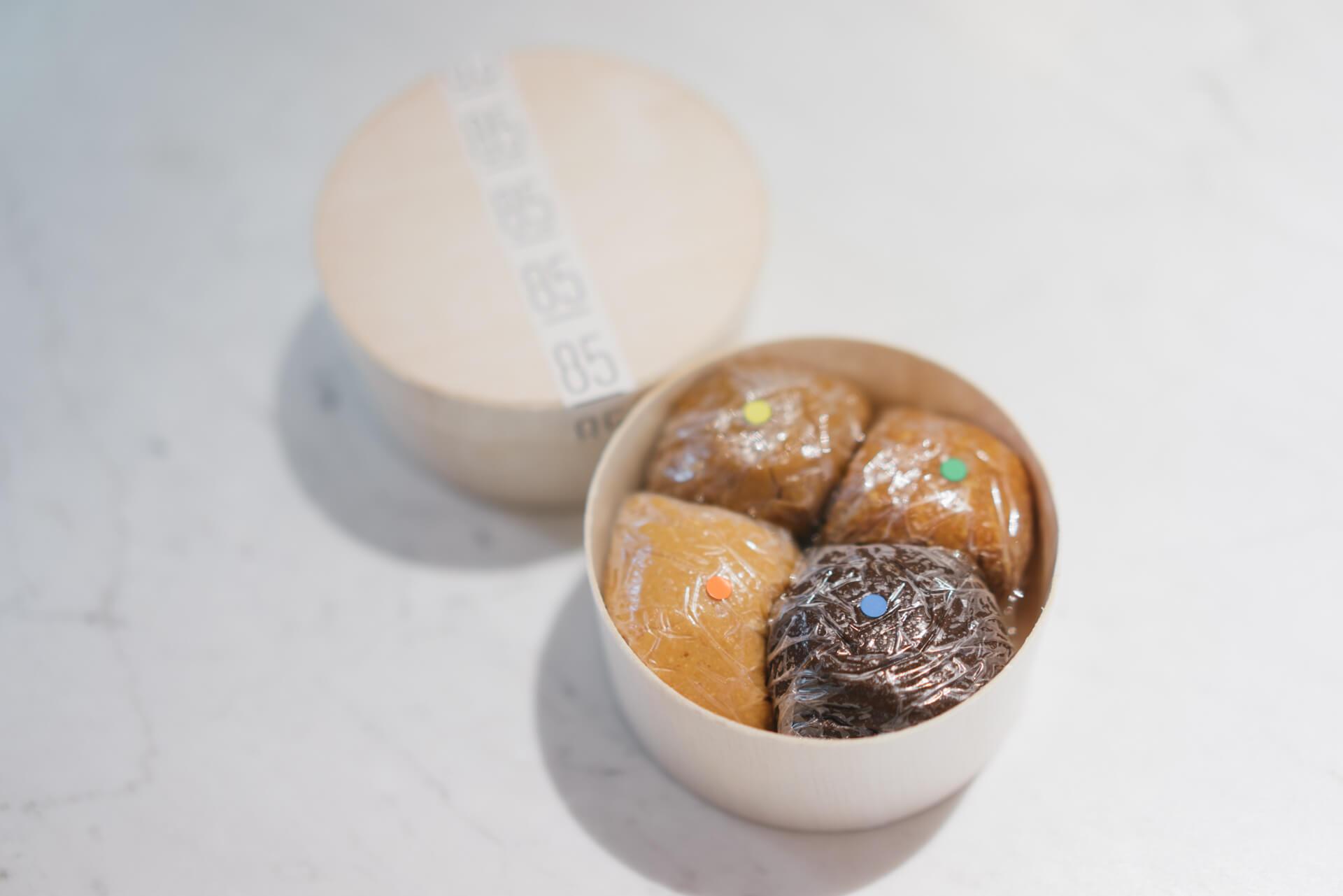 アイスクリームをすくうスクープで「1玉(50g)」単位で量り売りしてくださいます。ひとり暮らしでも、いろんな種類の味噌を食べ比べしてみることができますね。