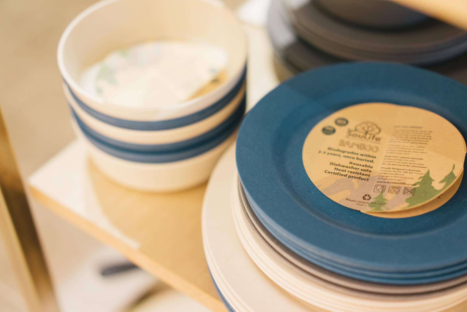 EcoSoulifeの竹やもみがらで作られたお皿やカップは、そのまま土に還すことができるエシカルな商品。キャンプ用品としてだけでなく、日常使いにも人気があります。
