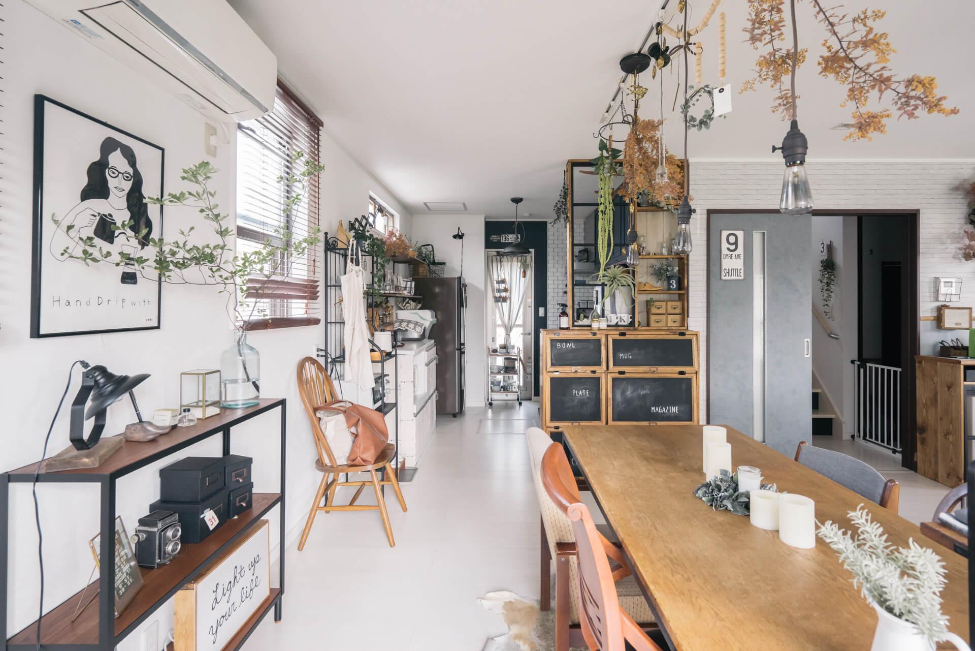 ダイニングからキッチンが丸見えにならないように、収納も兼ねるパーテーションを自作。