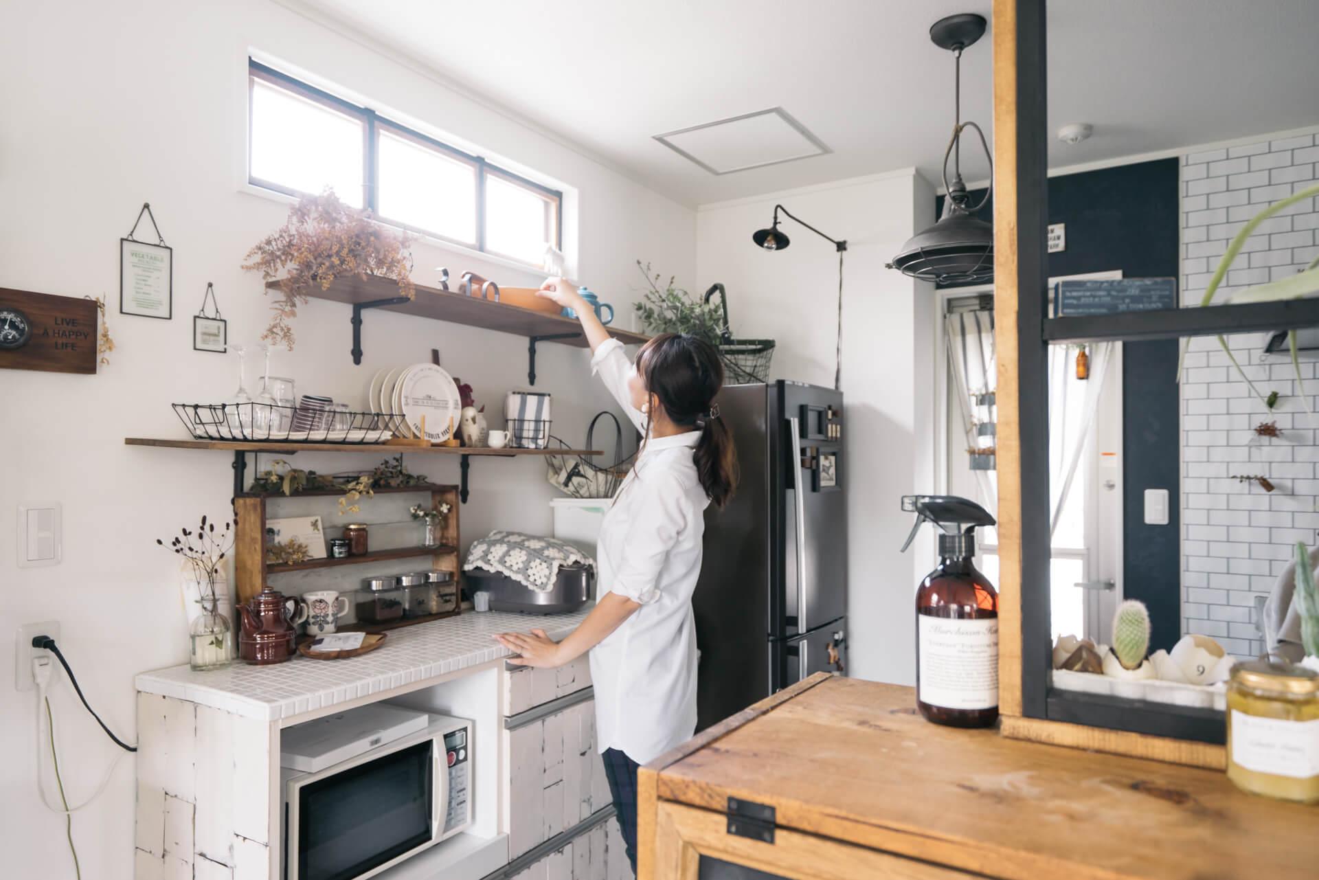 キッチン背面の棚は、元々は背の高さまであるものでしたが、圧迫感があったため、上部を取り外して見せる収納に。すっきりして、明るい雰囲気になっていますよね。