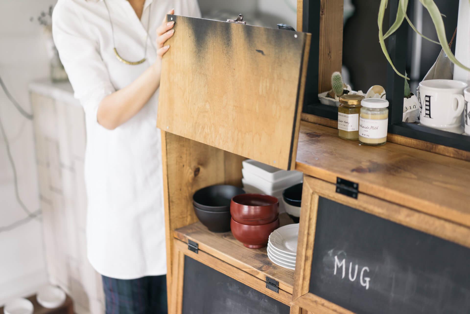 食器がしまってある棚には、ダイニング側には目隠しになる蓋をつけて。キッチン側からはそのまましまうことができて便利!