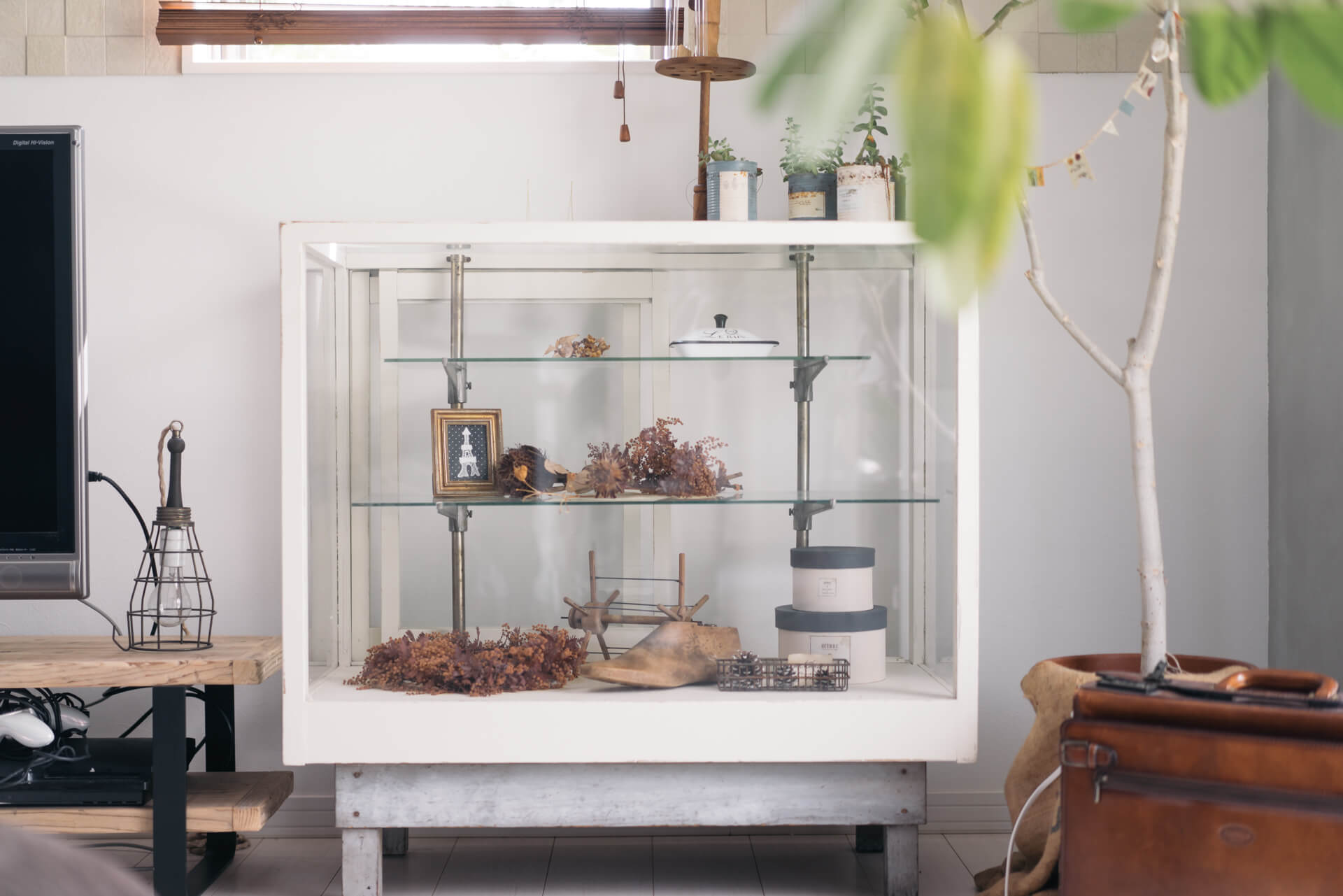 お部屋の隅っこに、さりげなく置かれた棚はヴィンテージのもの。