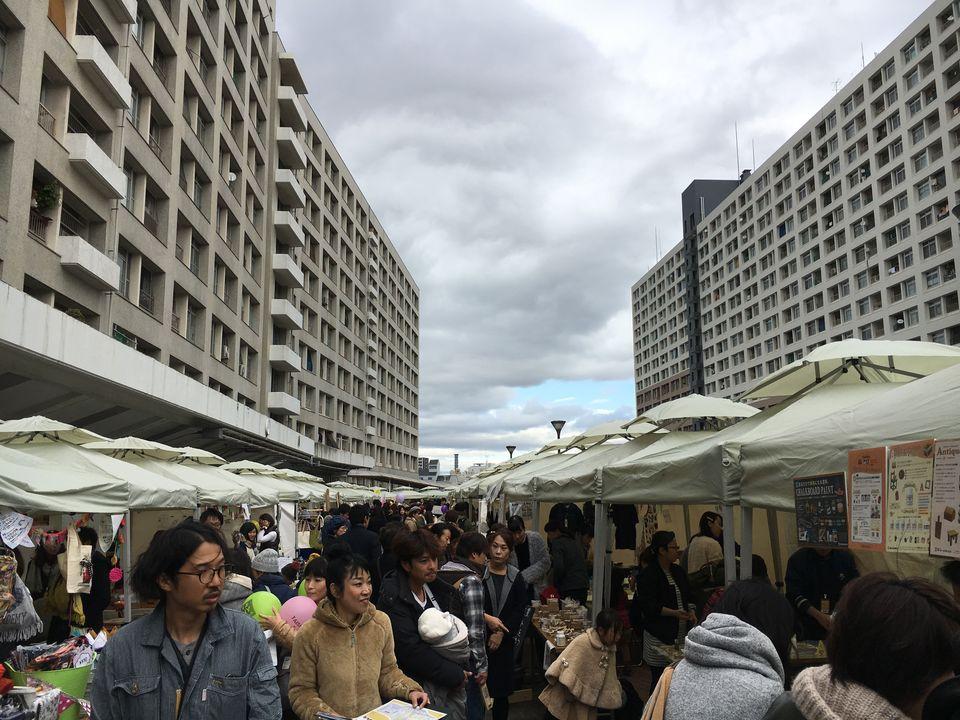 千島団地:昨年開催されたDIYイベントの様子。すらりと並べられたテントタープが圧巻。