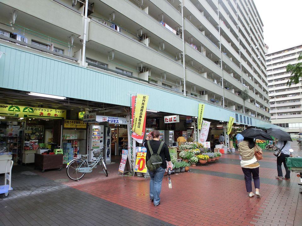 高層棟の1階が商店街になっている