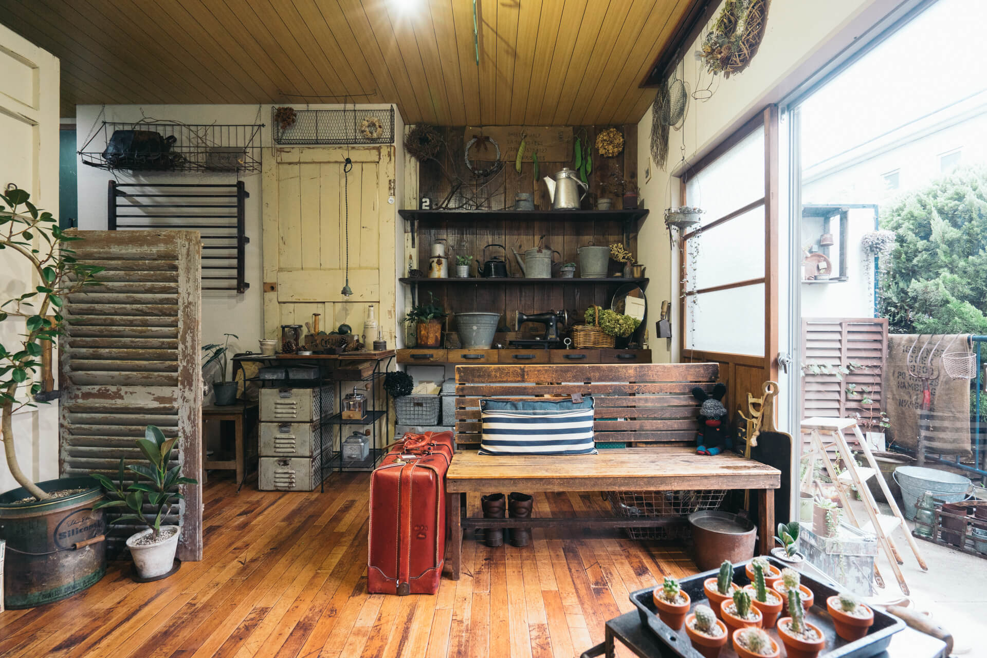賃貸でもここまでできる。庭からリビングまで、昭和ジャンクの世界が広がるMicoさんのお部屋