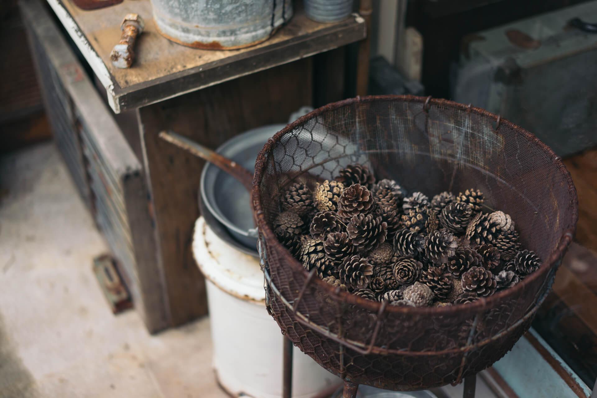 平井にある古道具屋さん towi さん(http://towi.jp/)で購入されたというカゴは、なんと中の松ぼっくりもセットでした。