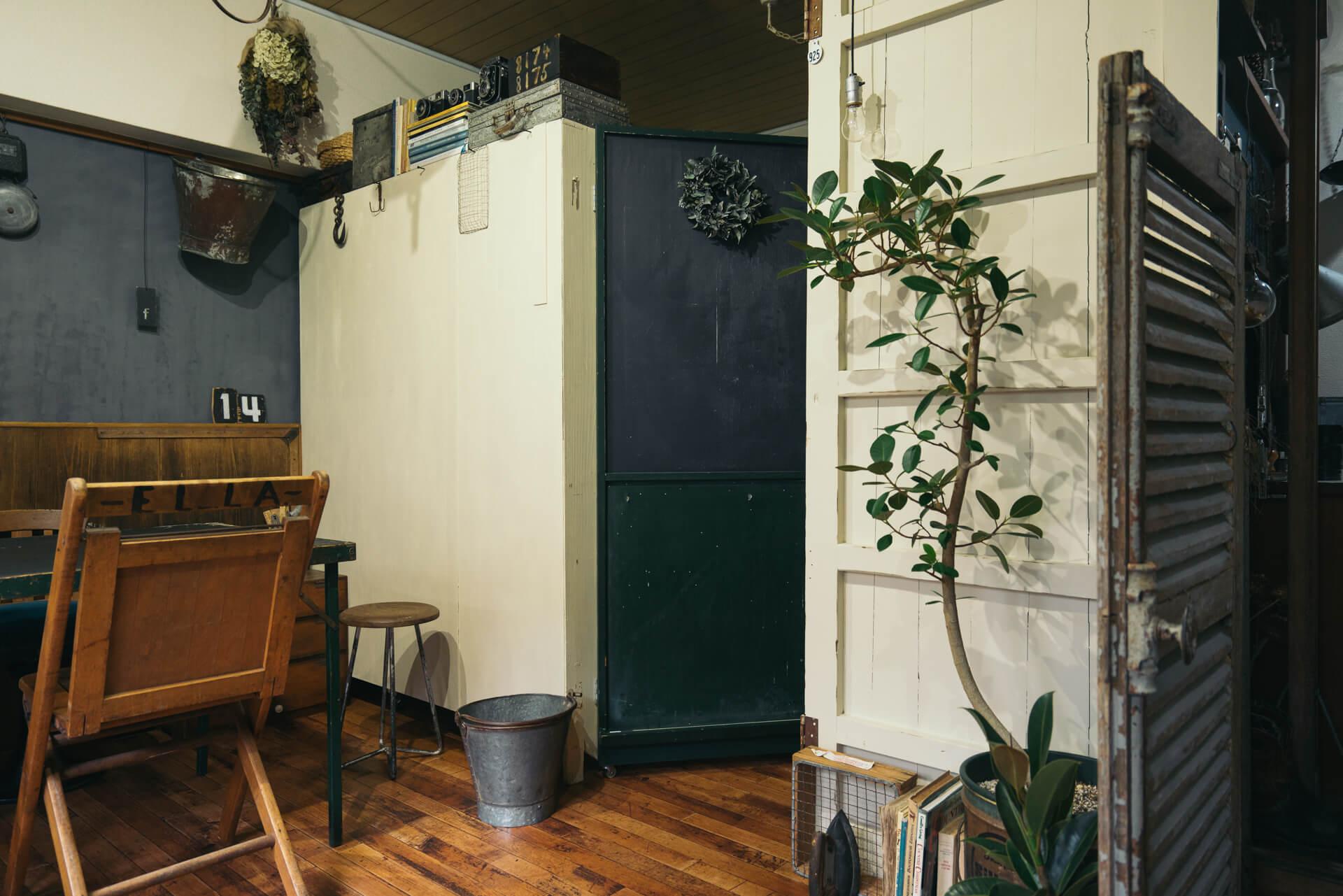 キッチンなどの生活スペースとを仕切る扉も自分で設置。まず棚を置いて、その側面に蝶番でチョークボードを取り付けました。仕切りや扉がなければ自分で作ってしまうという発想が素晴らしい。取っ手とローラー足もついていて使い勝手もよいです。