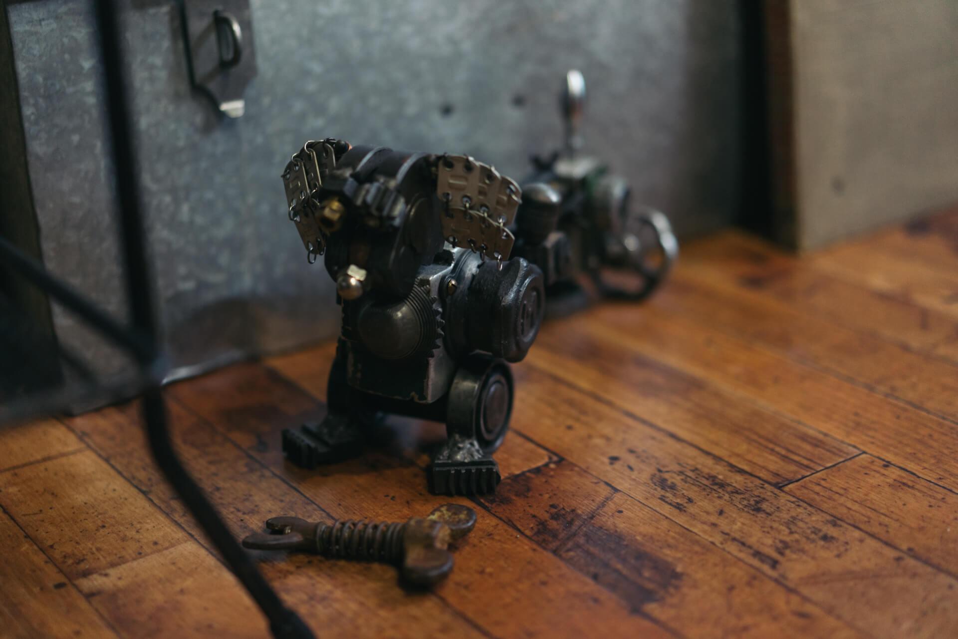 部屋の片隅には愛犬をモデルにネジや工具を組み合わせて作っていただいたというフィギュアが!(作者は2rwさん https://www.instagram.com/kencyannman/)
