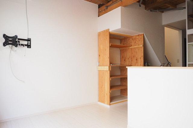 作り付けの棚や、壁かけテレビ用の金具など、随所にこだわりあり。