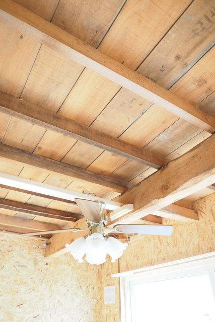 むき出しの天井!いい具合に古びた雰囲気出してます。