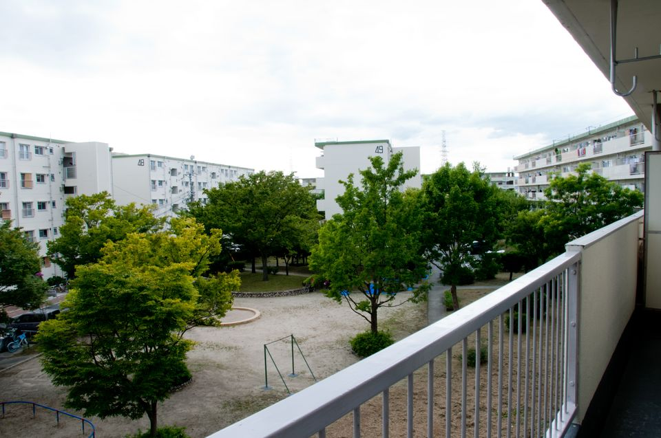 富田団地:建物と建物の間には、間合いの広さを利用して公園が作られています