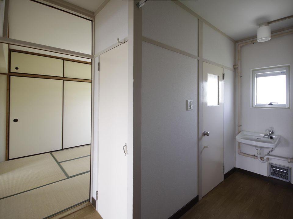 廊下から和室2と洗面所を見る