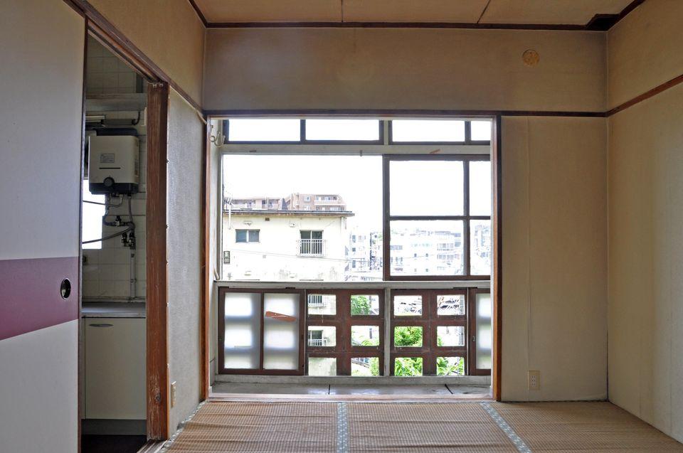 和室1からサンルームを見たところ