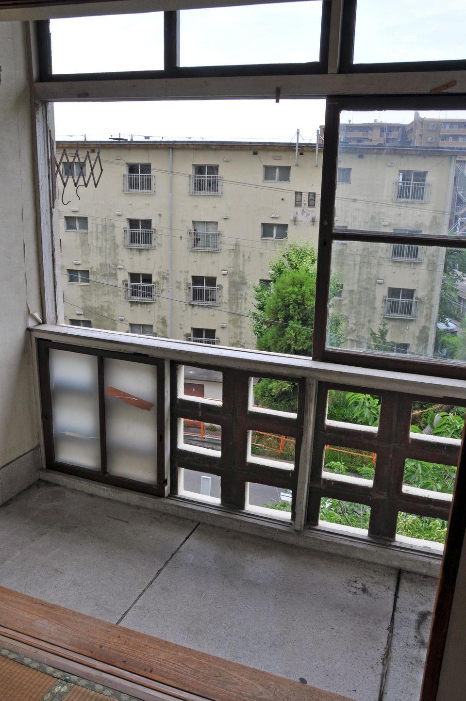 窓を開け放ったサンルームの様子