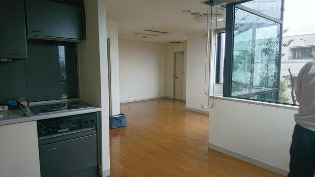 変わった形の部屋なんですが、窓が大きくて明るい!イイ!(工事前です)