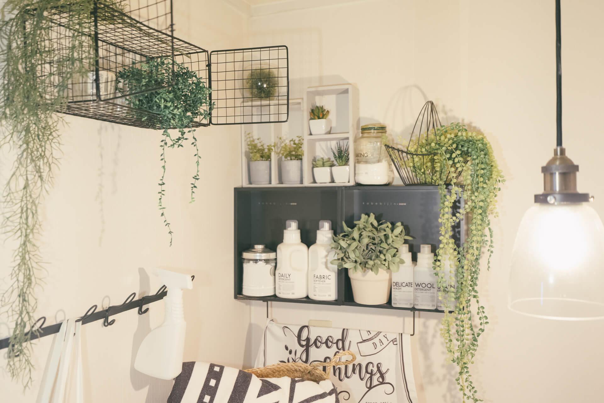 洗濯機のまわりのサニタリースペースには、フェイクグリーンを飾って。
