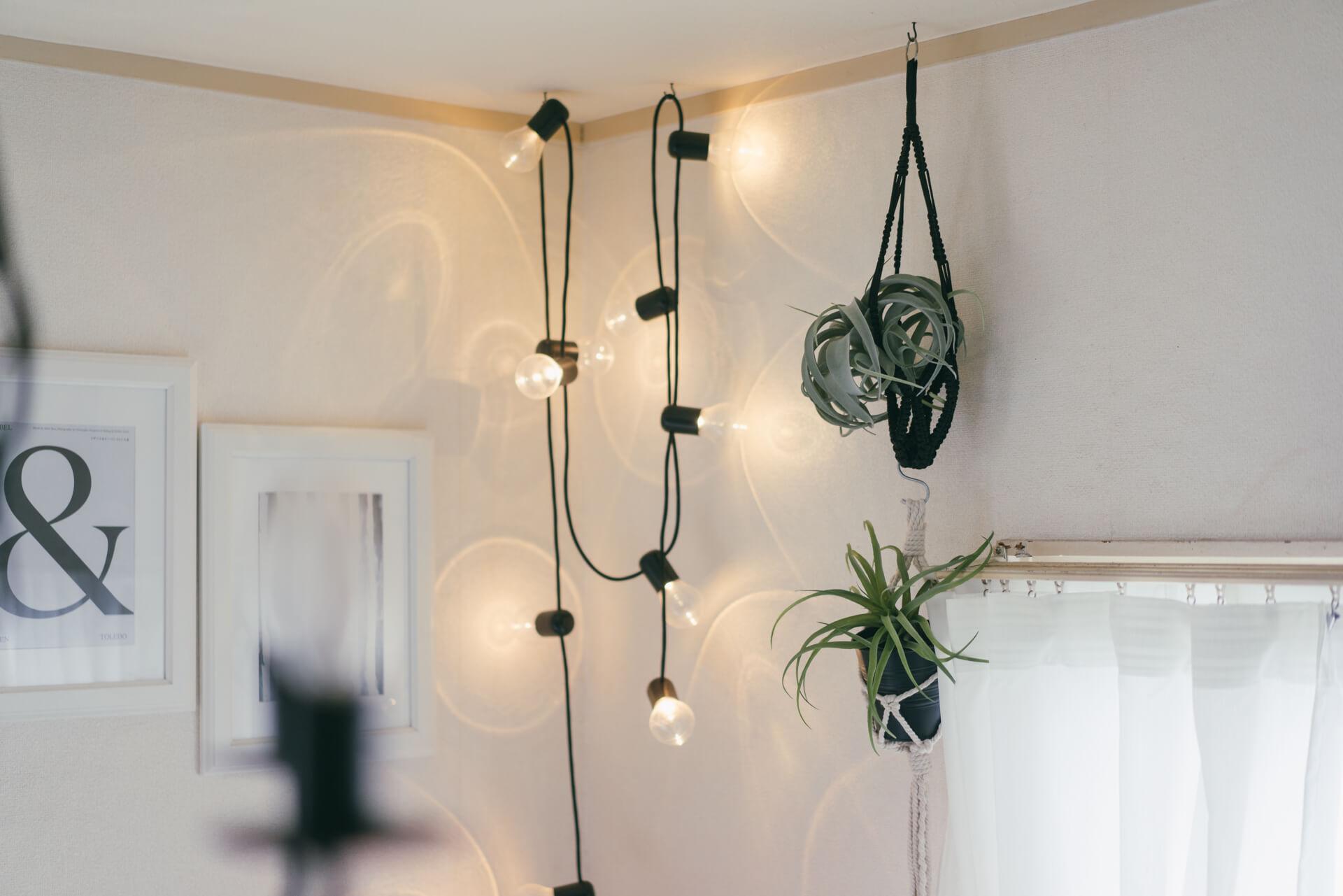 部屋のあちこちには、好きで集めているといういろんな照明が。小さな灯りがあると、部屋の中にちょっとしたギャラリーのようなスペースが生まれます。