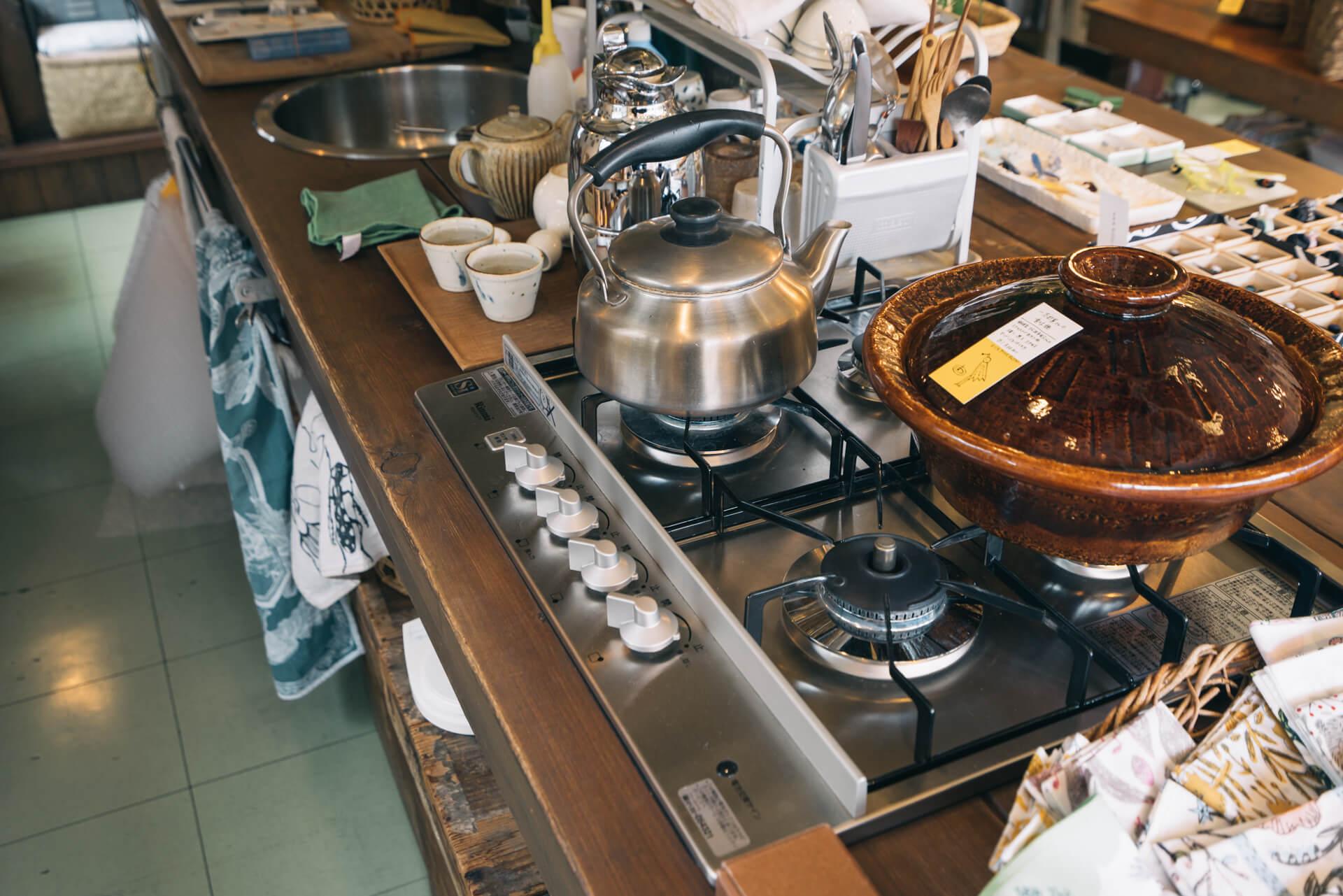 今より駅から遠いところにお店があったとき、わざわざ来てくれたひとにお茶ぐらい出したいとつけたキッチンは、今の場所でも、真ん中に。