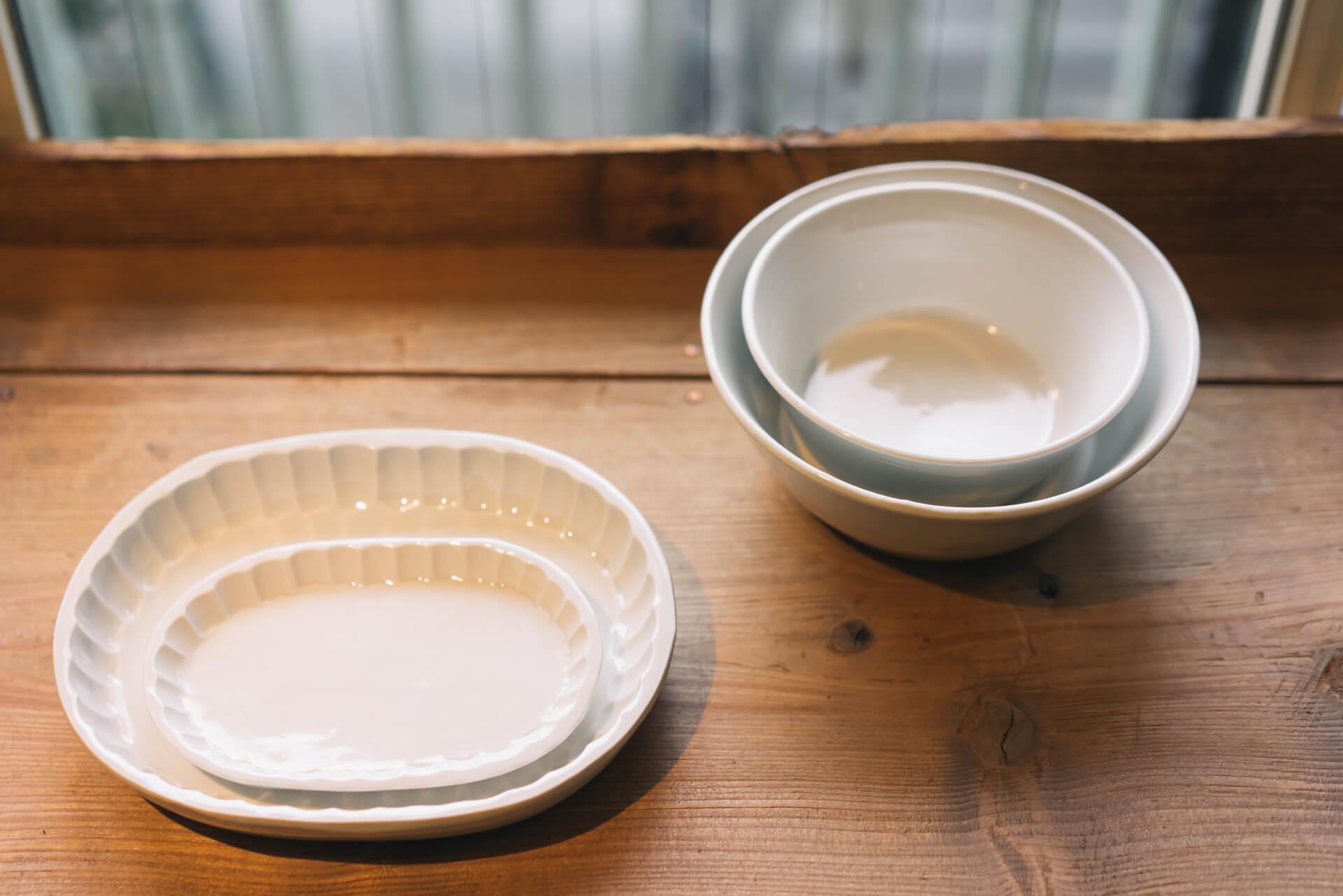 日常使いにおすすめなのは、五十嵐元次(いがらしもとじ)さんの白い器。リーズナブルで、オーブンでも電子レンジでも使えて、何にでも合わせられる器です。