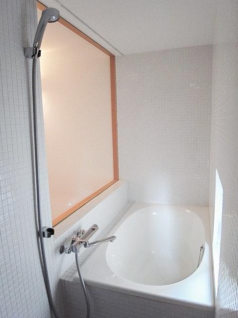 ガラス窓の向こうは、こんな可愛いお風呂でした!