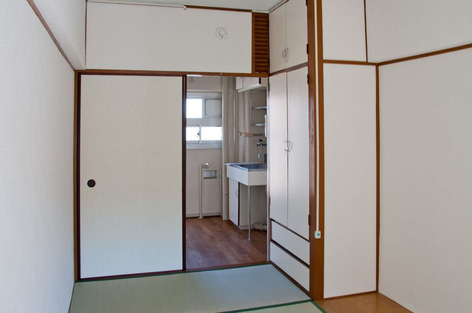 西陣団地1K:玄関側にキッチン(窓付)