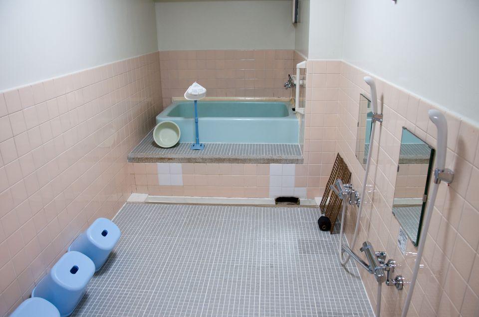 西陣団地1K:浴室は共同。湯船が広い!