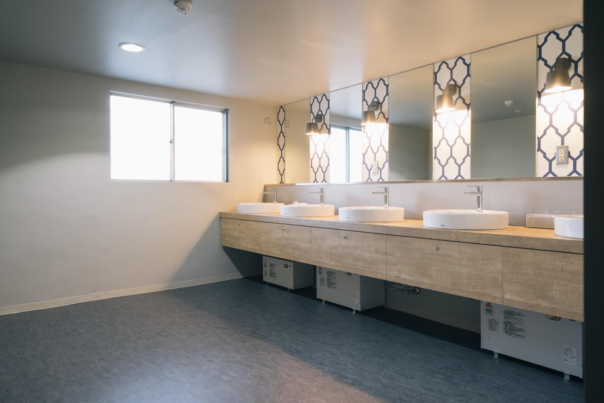 共用の洗面室はとてもオシャレ。掃除もしてくれるとあれば、本当にホテルみたいに使えそう。