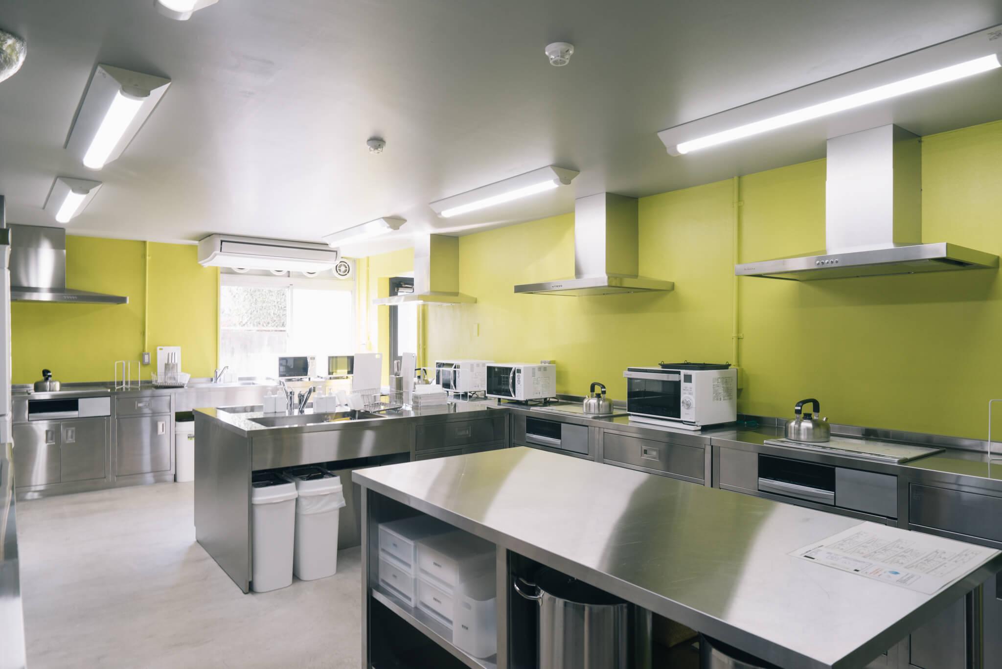 リビング・ダイニングの隣にある厨房みたいなキッチン。作業台、シンクも広々。