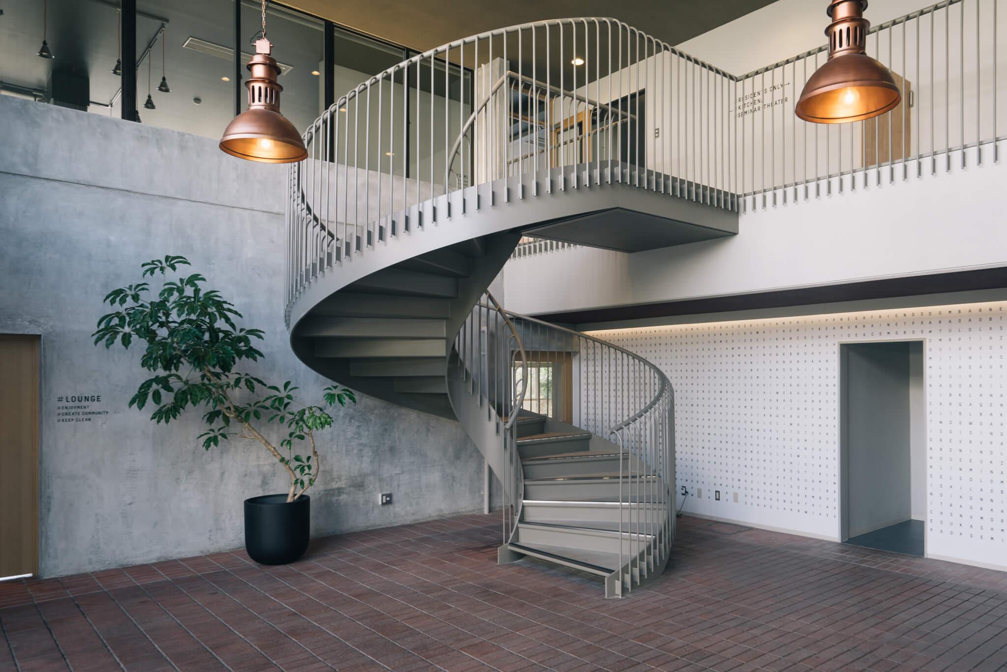 竣工当時の、貴重なレンガを活かした共用玄関は、重厚で大人っぽい雰囲気。