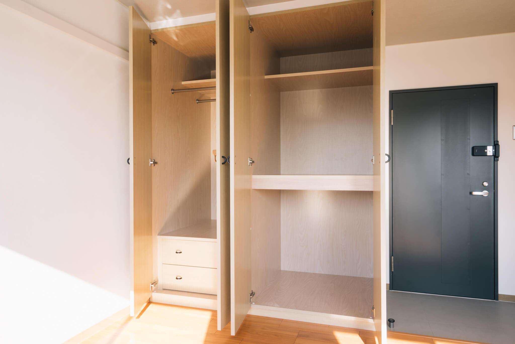 シェアプレイス調布多摩川は、すべて個室で、約9.7畳と広めのタイプがメイン。ベッドとデスク、冷蔵庫が備え付けのほか、大きめの収納もあり、プライベートの空間も十分楽しめます。