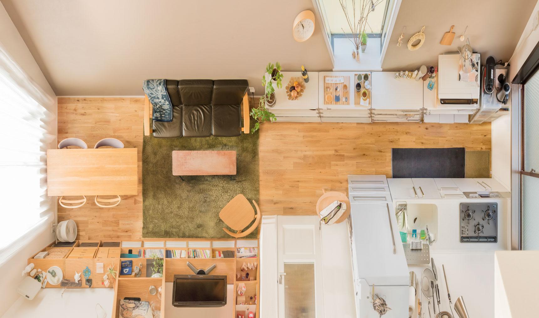 飾るもののひとつひとつが、居心地の良さをつくっていく。木のぬくもりに包まれたふたり暮らしの部屋