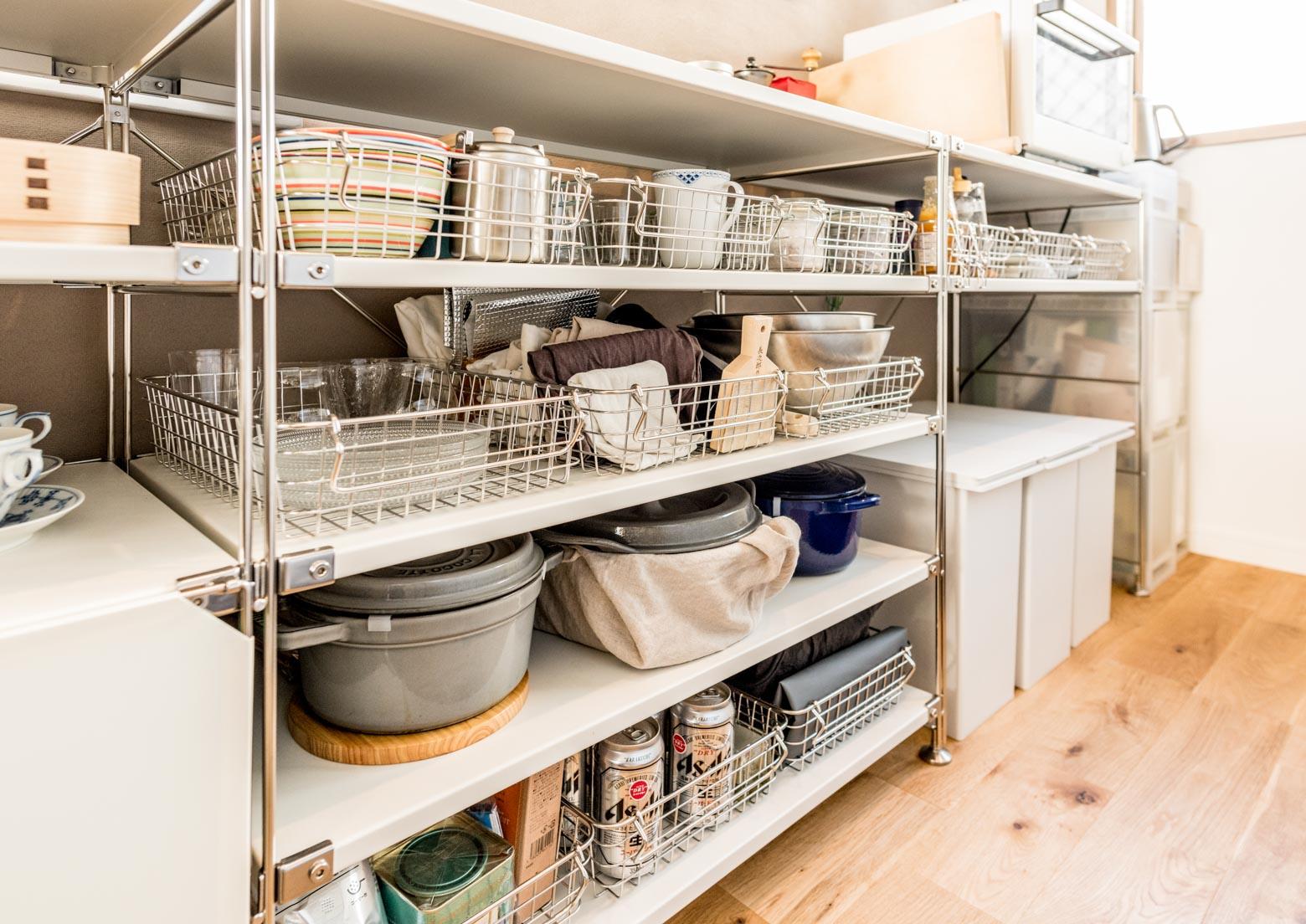 「キッチンの反対側に棚を置けたのも良かった。作業しやすいです」食器や調理器具などが見える状態で置かれているすてきだ。