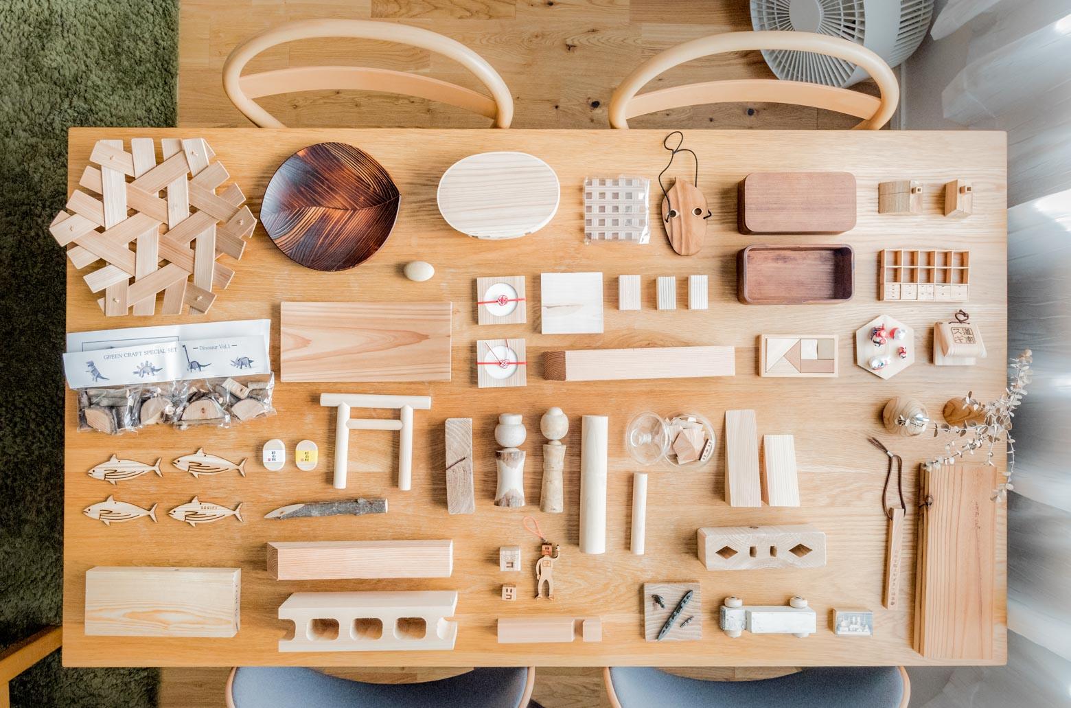 角材から器、グッズまで各種木素材のものがずらり。